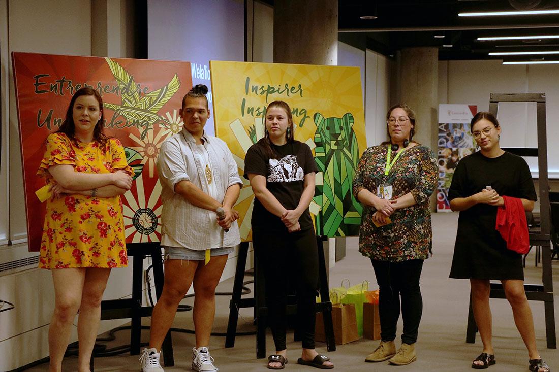 L'équipe de Listuguj présentant son projet devant les Dragons.