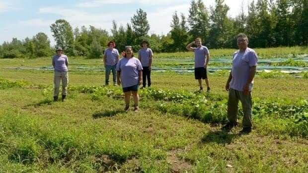 Karyn Murray en compagnie de son équipe de jardiniers. Crédit photo: KBED